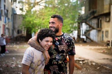 Carlos Tevez, junto a Balthazar Murillo, el actor que lo interpreta en su infancia, en Fuerte Apache durante el rodaje.