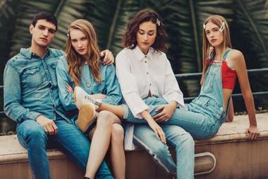 DENIM. Camisa de denim y jean Levi's).Vestido camisero con cinturón (Mirta Armesto). Camisa de poplin (Mishka), jeans con franja de strass (Levi's). Jardinero de jeans y top (Levi's), zapatillas (Prüne)