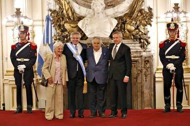 El presidente Alberto Fernández y el canciller Felipe Solá son saludados por el expresidente de Uruguay, José Mujica y su esposa Lucía Topolansky