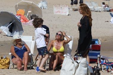 Tarde familiar: Yanina Latorre junto a su mamá, Dora, y Analía Franchín con su hijo Benicio, de 8 años