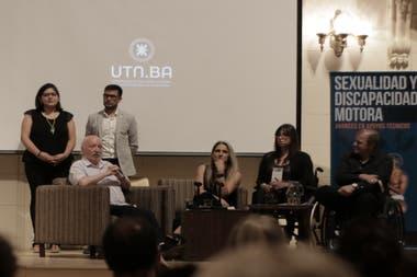 """El doctor Juan Carlos Kusnetzoff, la licenciada Marianela Cicero, Natali Falcone y Martín Arregui en el evento """"Sexualidad y Discapacidad Motora"""" que se llevó a cabo en la UTN."""