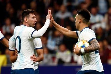 Lionel Messi y Lautaro Martínez, dos figuras de la selección, que volverá a jugar una competencia oficial en octubre, mes fijado para el regreso de las eliminatorias.