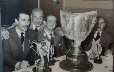 Sehter con Néstor Delguy, otro gigante de la Pelota, con quien ganó la Copa La Nación en 1957 jugando para Temperley. Sehter también jugó para River, Huracán, Racing e Independiente, entre otros grandes clubes.