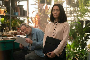 Hong Chau, junto a Chris Cooper, en Homecoming