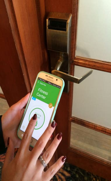 La puerta se puede abrir con una app en el celular