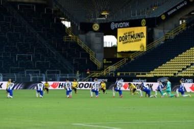 Antes del inicio de Borussia Dortmund vs. Hertha Berlin, el homenaje de los 22 jugadores titulares en un estadio vacío por la cuarentena.