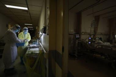 Según investigadores médicos de Wuhan, el primer caso humano de covid-19 fue el de un anciano de Wuhan que desarrolló síntomas desde el 1 de diciembre de 2019 y que no tenía enlaces concluyentes con el mercado de Huanan.