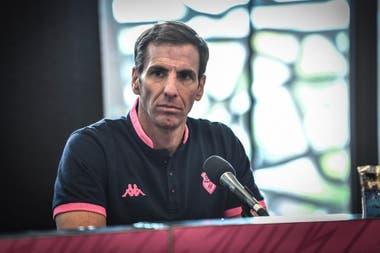 El nuevo entrenador argentino Stade Francais, Gonzalo Quesada, da una conferencia de prensa para su presentación oficial, el 30 de junio de 2020 en el estadio Jean-Bouin de París, antes de la temporada 2020-21 del campeonato francés de los 14 mejores del rugby.