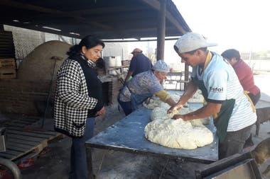 En la sede de la Fundación se amasa pan, entre otras actividades