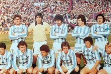 En Argentino de Quilmes, en Primera B, abajo a la derecha; allí fue compañero de Juan Ramón Verón.