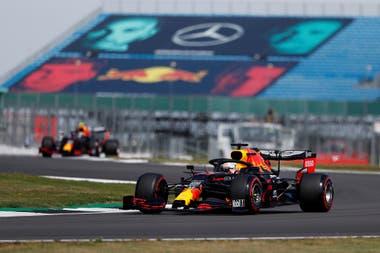 La estrategia perfecta de Red Bull Racing y una gestión de neumáticos impecable de Max Verstappen, los ejes del éxito del piloto neerlandés en el Gran Premio 70 aniversario; 30 puntos separan a MadMax de Lewis Hamilton, puntero del Campeonato de Pilotos