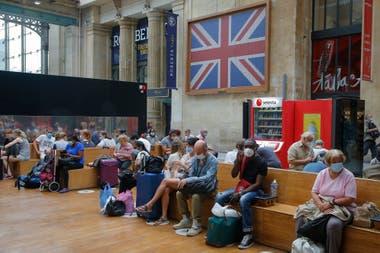 Británicos regresan a su país antes de que entren en vigor las nuevas normas