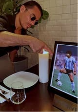 El chef encendió una vela en la mesa favorita del Diez