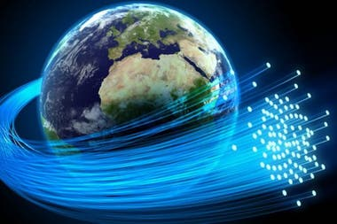 Miles de kilómetros de cables de fibra óptica hacen posible que internet funcione en el mundo