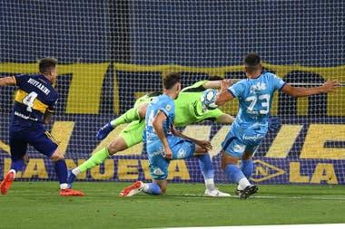 Facundo Pons alcanza a puntear la pelota, que ingresará en el arco de Boca y será el empate de Arsenal en la Bombonera.