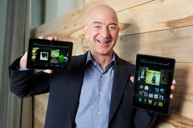 Jeff Bezos, fundador de Amazon, con sus tabletas Kindle Fire