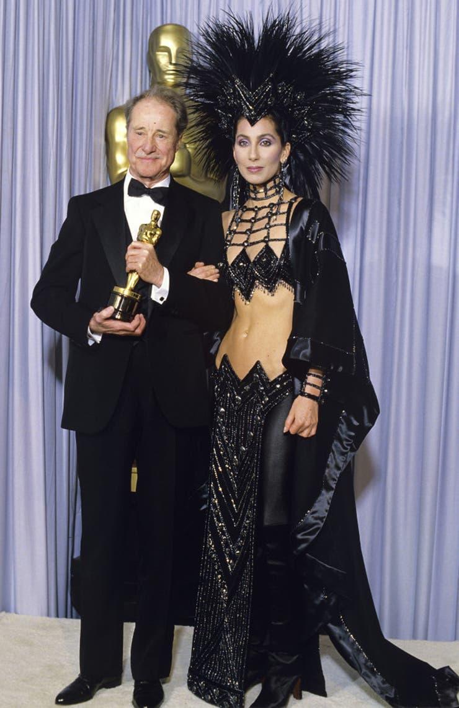Cher, la eterna quinceañera, fue más allá de su excentricidad en la ceremonia de los Oscar de 1986. Su intención de no lucir como una `esposa en un traje de gala` la desembarcó en un look tan polémico como recordado del diseñador Bob Mackie
