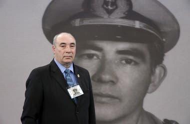 Sergio junto al retrato de su padre, Miguel