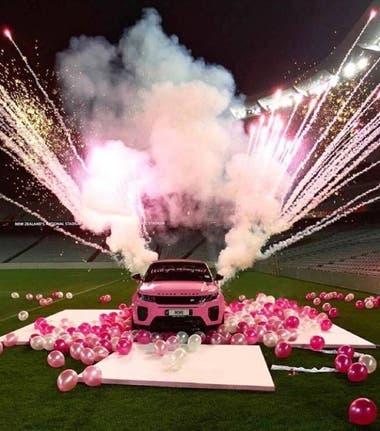 En este espectacular auto escribió si se quería casar con él. Ella, luego de recomponerse de la sorpresa, dijo que sí.