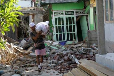 Los residentes rescatan lo que quedaron de sus pertenencias