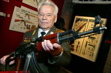 El creador del AK-47 Mikhail Kalashnikov, en 2003