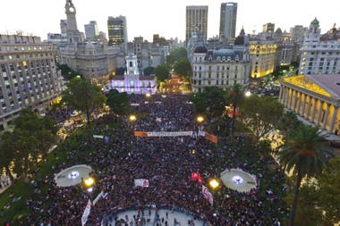 Contra la violencia y la desigualdad, más de 300.000 personas se movilizaron desde el Congreso de la Nación a Plaza de Mayo; también hubo protestas en otras ciudades del país