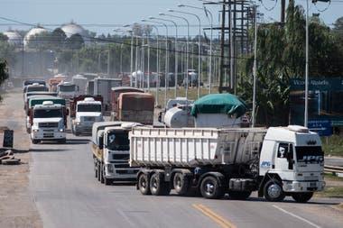 Es continuo el arribo de camiones por la cosecha