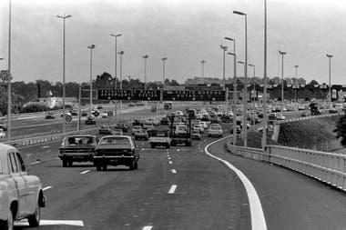 La inauguración de la Autopista 25 de Mayo en diciembre de 1980