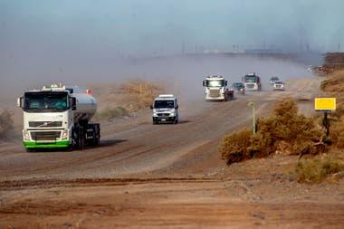 Movimiento de camiones en el acceso principal al Yacimiento Loma de la Lata de YPF