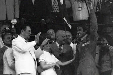 1974: aunque se le escapó la carrera en el final, Carlos Reutemann fue recibido por Juan Domingo Perón en el palco, junto con Isabelita y López Rega