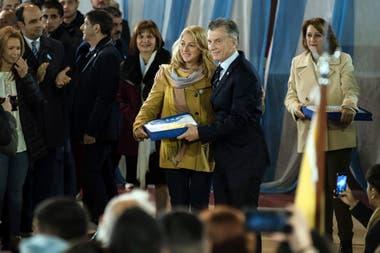El presidente Macri durante los festejos por el Día de la Bandera con niños de Rosario