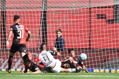 Chimino ya empujó la pelota: será gol de Patronato, el del triunfo ante Colón.