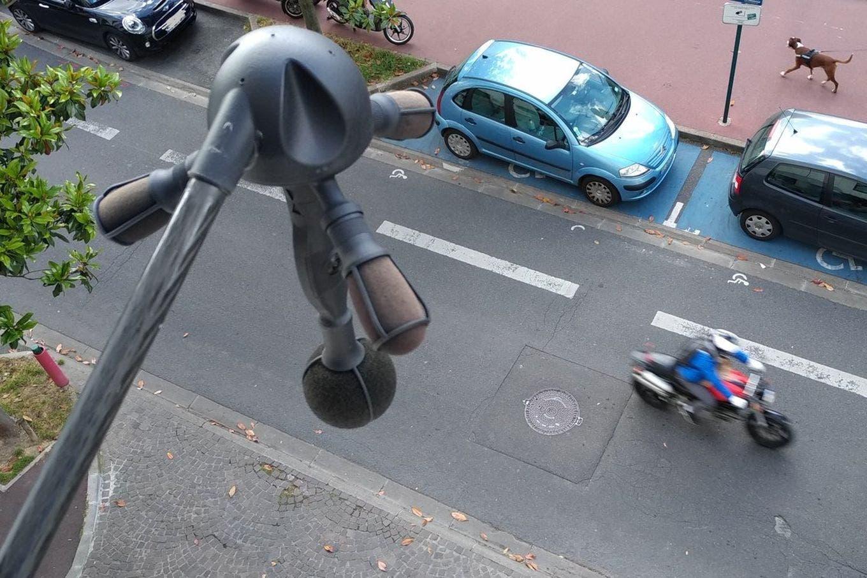 En París instalan cámaras y micrófonos para detectar y multar autos ruidosos