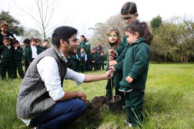 Luis planta un árbol nativo junto a los chicos del jardín de infantes Pequeños Genios, de la localidad correntina de Riachuelo