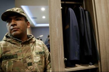 Un militar, frente al ropero de Evo Morales