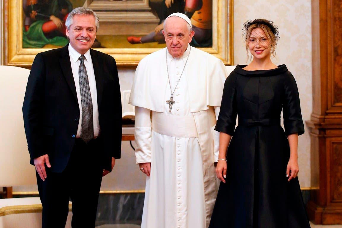 El papa Francisco Alberto Fernández y su esposa, en el Palacio Apostólico