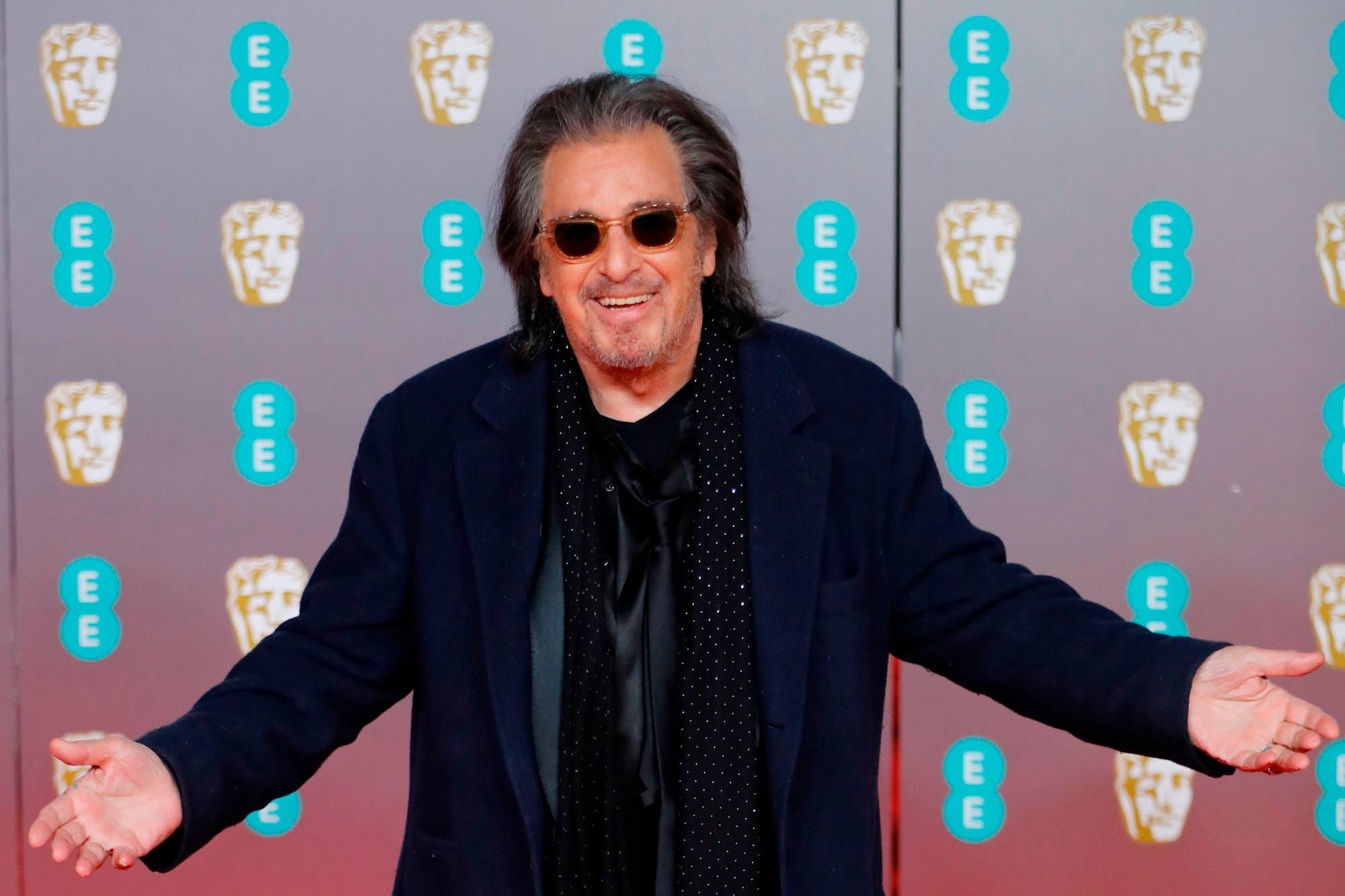 Un susto: Al Pacino se cayó en la alfombra roja de los Premios BAFTA