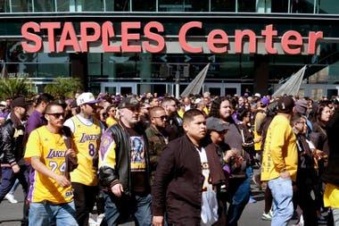 Unas 20.000 personas acudieron a la despedida a la ex estrella de Los Angeles Lakers; lo recaudado por entradas será destinado a su fundación.