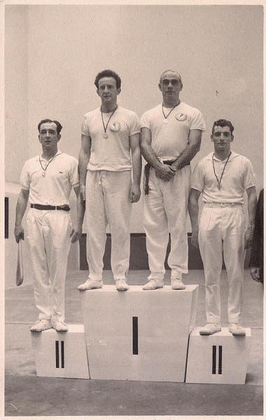 El podio en el Mundial de 1962 en Pamplona, España, tras vencer a los franceses en la final de Pelota de Cuero en Trinquete. Fue 40-39 para Sehter y Juan Labat en uno de los partidos más recordados de los Mundiales de Pelota.