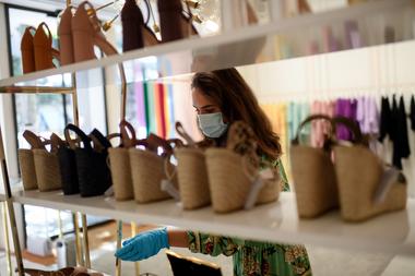 Una clienta con mascarilla y guantes entra a una tienda de ropa en Madrid el 18 de mayo de 2020