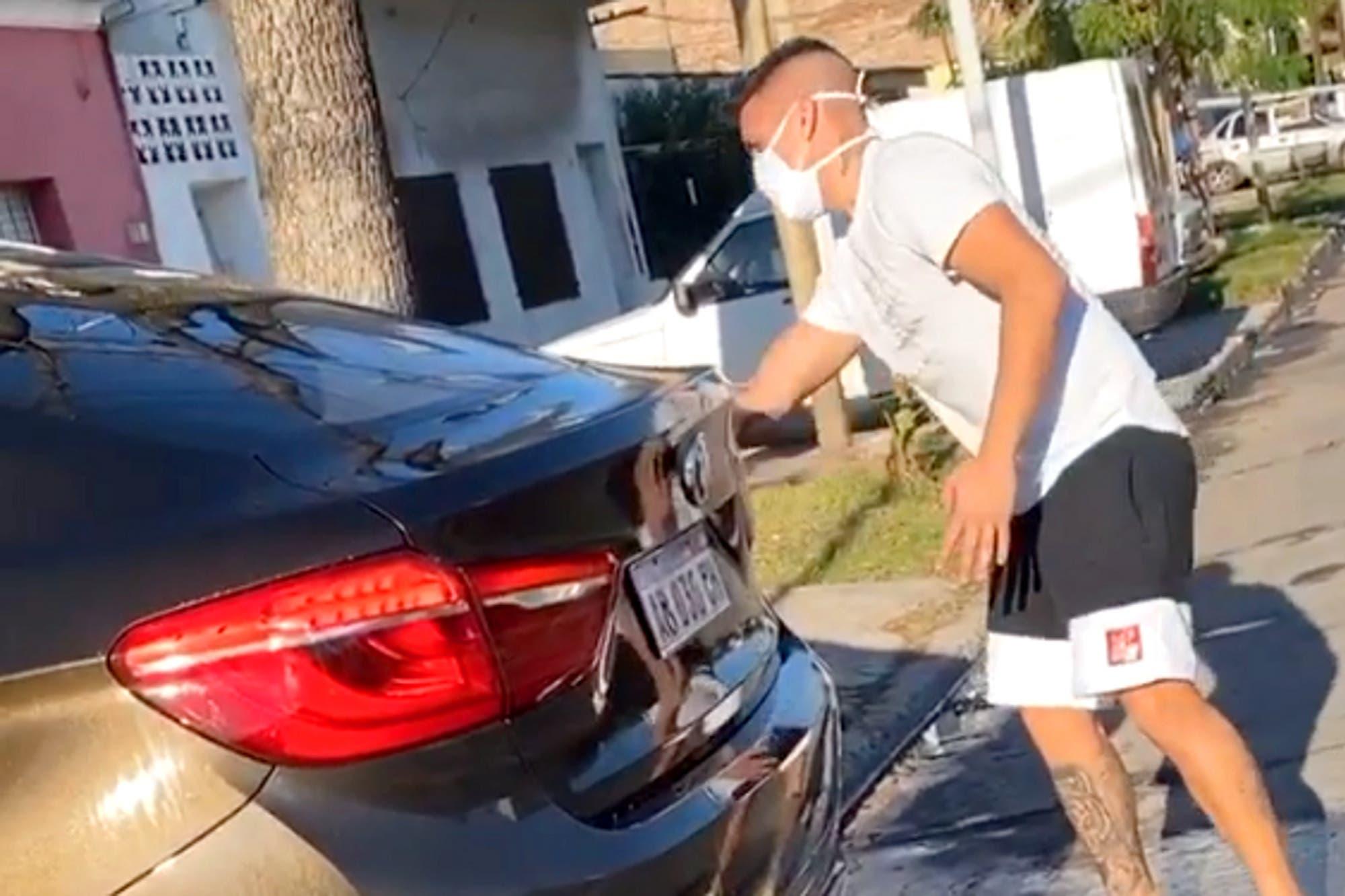 Mientras se define su futuro, Ricardo Centurión apareció lavando su camioneta en plena calle