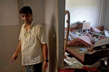Un hombre trata de reparar algunas instalaciones de su casa en el barrio Mar Mikhael de Beirut