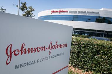 En esta foto de archivo, se ve el logotipo de Johnson Johnson sobre una entrada a un edificio en su campus en Irvine, California, el 28 de agosto de 2019