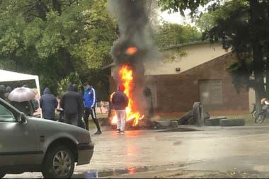 Empleados del gremio algodonero queman ruedas en las afueras del complejo