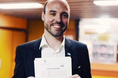 Tim, orgulloso con su carta de ciudadanía argentina.