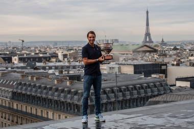 Rafael Nadal, en las alturas de París: conquistó Roland Garros por decimotercera vez y, antes de volver a España, se fotografió con la Torre Eiffel de fondo.
