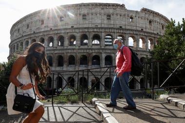 Algunas personas circulan en la zona del Coliseo, en Roma