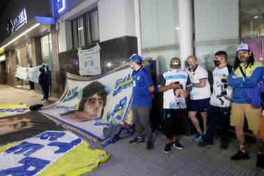 Las banderas fuera de la Clínica en la que se realizó la intervención a Maradona
