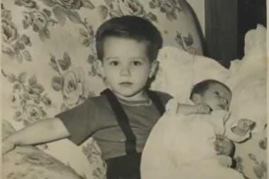 Joe Biden sostiene a su hermana Valerie, recién nacida (YouTube)