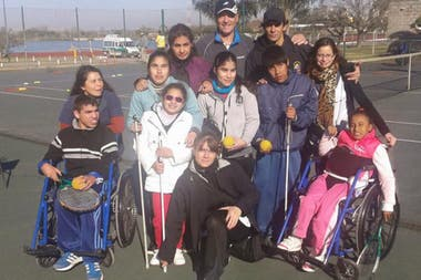 Batata de clases de tenis a chicos con capacidades diferentes y de bajos recursos.